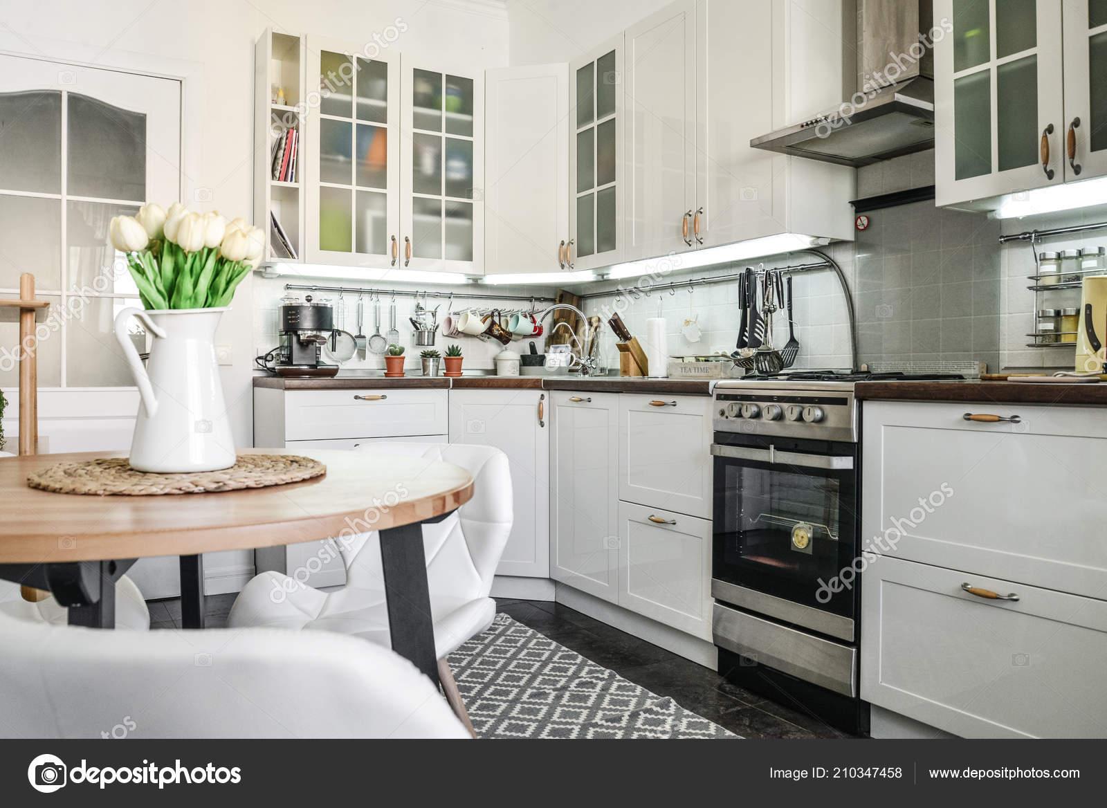 Küchen skandinavischen stil  Innere Der Küche Skandinavischen Stil Mit Weißen Möbeln Und Einem ...