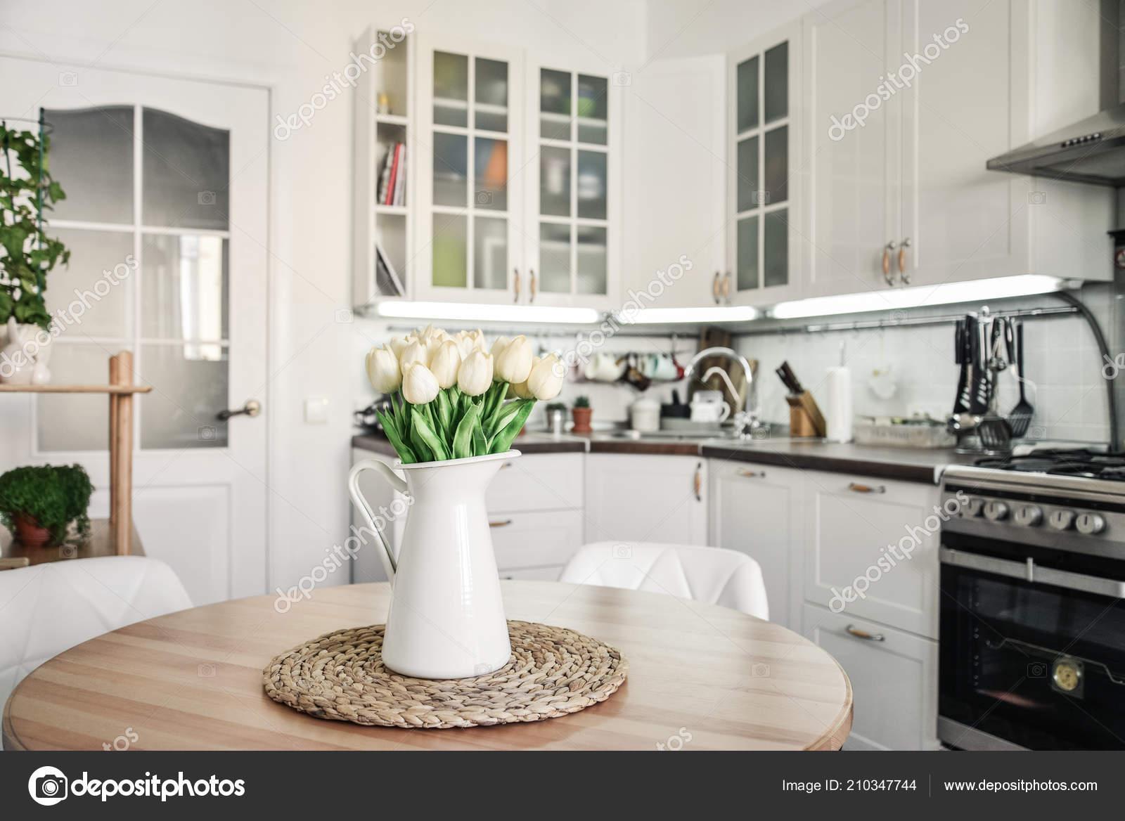 Bouquet Tulipes Intérieur Cuisine Dans Style Scandinave Avec ...