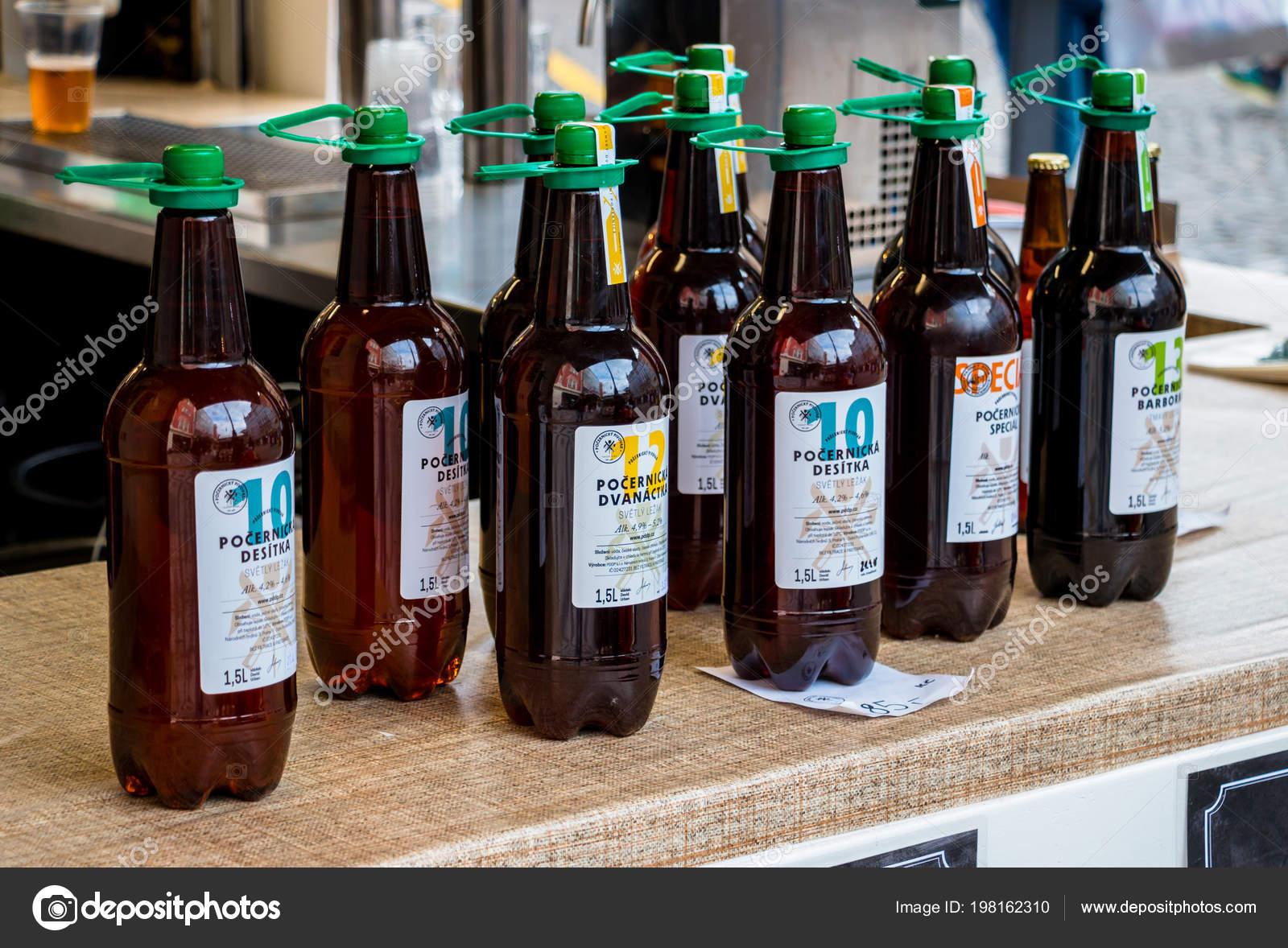 Bier In Pet Flaschen Stehen Auf Outdoor Showcase Redaktionelles