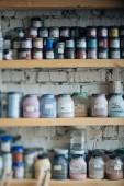 Fotografie Eine Palette von Farben für keramische Elemente hängen an einer Holzwand