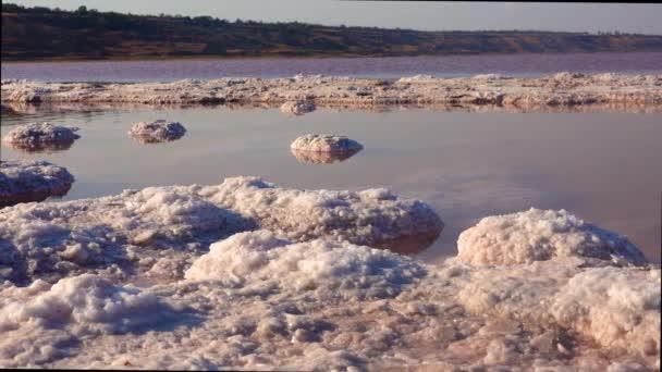 Kujalnik-Mündung, Schwarzes Meer. Kochsalz in Form von runden Pfannkuchen am Boden und am Ufer der Mündung. Kochsalzkristalle