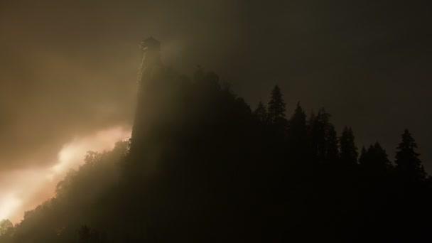 Titokzatos ködben át Drakula kastély tornya