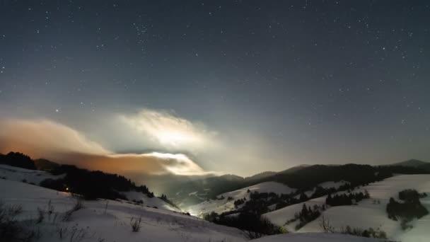Zimní noční obloha s hvězdami a měsíc světlo časová prodleva