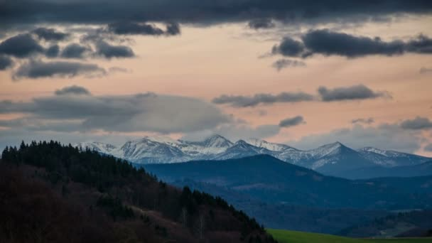 Pestré večerní nebe nad hory časová prodleva
