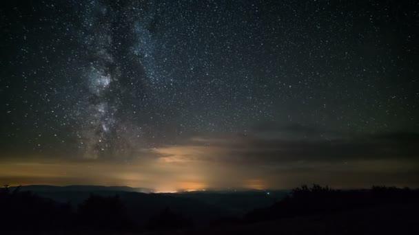 Milchstraße und Sterne am Sternenhimmel im Zeitraffer