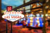 Fotografie Slavné Las Vegas znamení v noci s casino rozostření pozadí