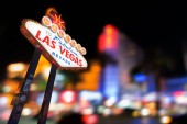 Fotografie Slavné Las Vegas znamení v noci s Las Vegas panoráma rozostření pozadí