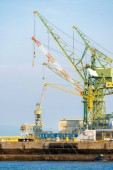 Photo Hoisting cranes in the industrial zone of the Port in Kobe Hyogo Kansai Japan using for import export shipping and global business background