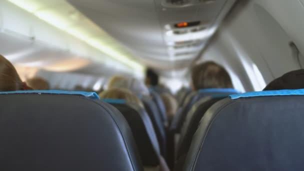 interiér uvnitř letadla s cestujícími.