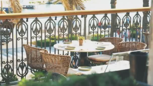 Stůl pro čtyři osoby v restauraci podávají letní.