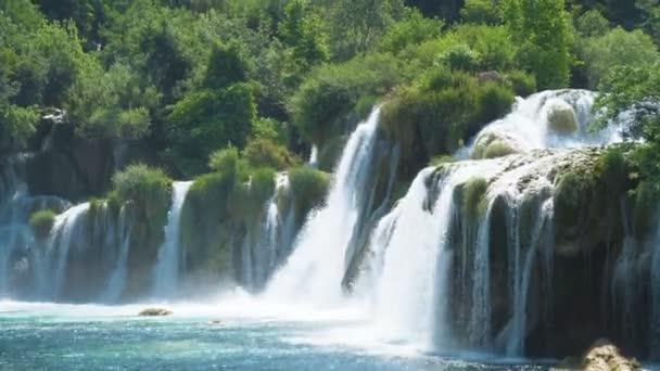 Krásný výhled na vodopád v národním parku Krka, Chorvatsko