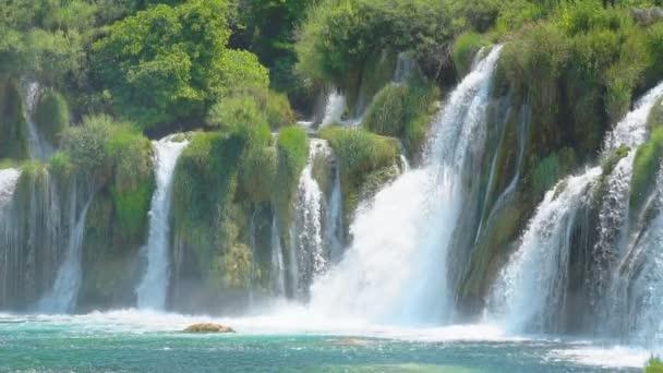 Krásný výhled na vodopád v národním parku Krka, Chorvatsko.