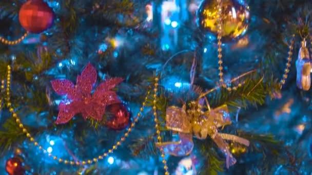 Umělý vánoční strom s girlandami a koule.
