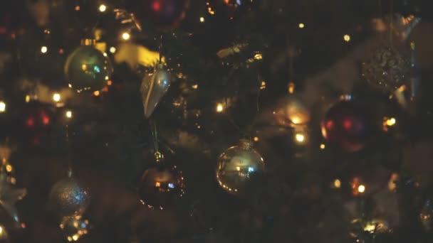 Zdobené vánoční strom s věnec doma