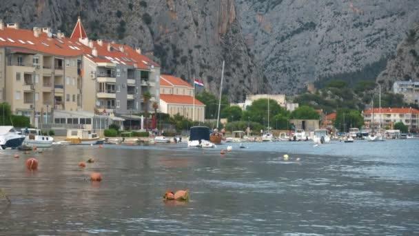 Řeka Cetina s lodí a člunů v Omis, Chorvatsko.