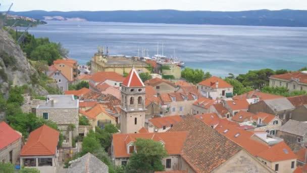 Krásné letní pohled na staré město Omiš, Chorvatsko.