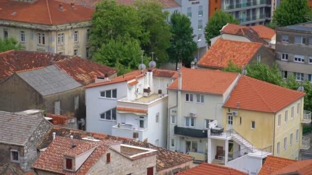 Zobrazit na střechy města Omiš v Chorvatsku.