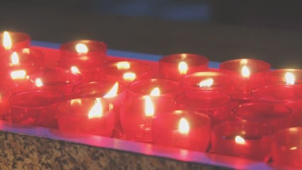Hořící svíce na oltáři v kostele