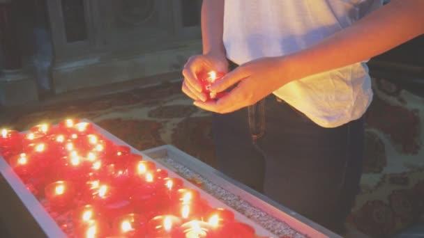 Žena hospodářství svíčka oltáře v kostele