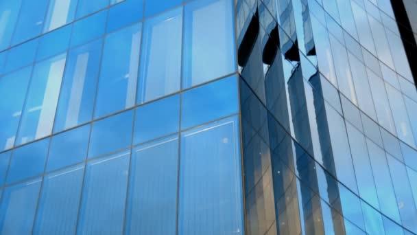 Moderní kulaté kancelářská budova s okny.