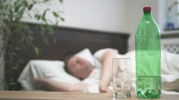 Mann im Bett liegend und Kater leidet.