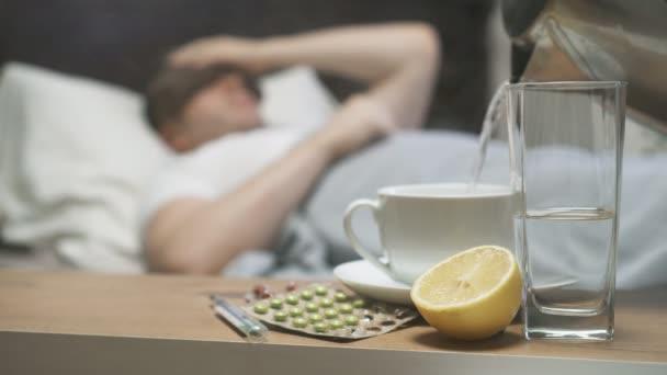 Krankheit-Konzept. Kranker Mann mit Fieber im Bett liegend.