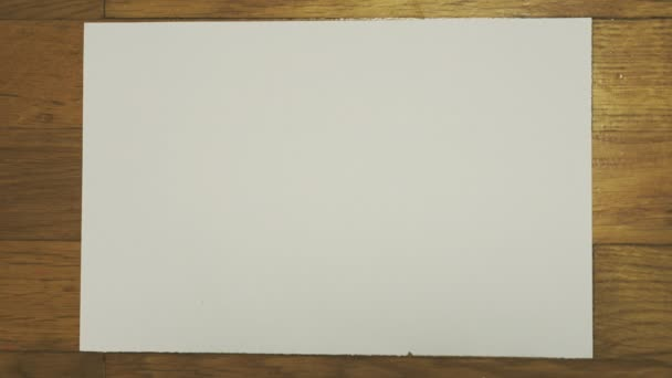 Zmuchlaný kus bílého papíru. Stop motion animace.