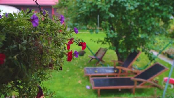 Těžký déšť v venkovském domě v letních dnech.