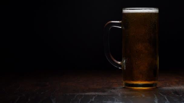 Čerstvě uvařené pivo ve sklenici. Světlo v pohybu.