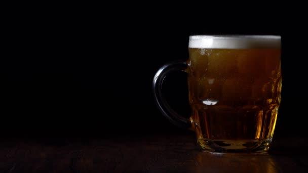 A sör makronézete az üvegben.