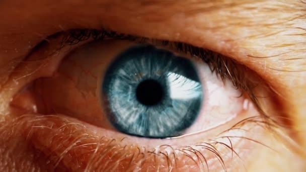 Blízký záběr do lidského oka. Oko muže.