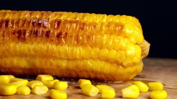Čerstvě uvařená kukuřice na desce stolu.