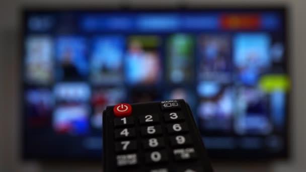 Vzdálené ovládání ukazující na Smart TV.