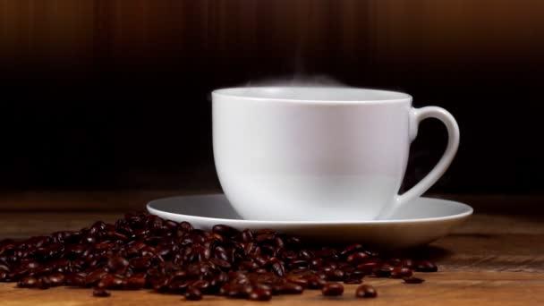 Čerstvě uvařený šálek kávy s kávovými zrny.