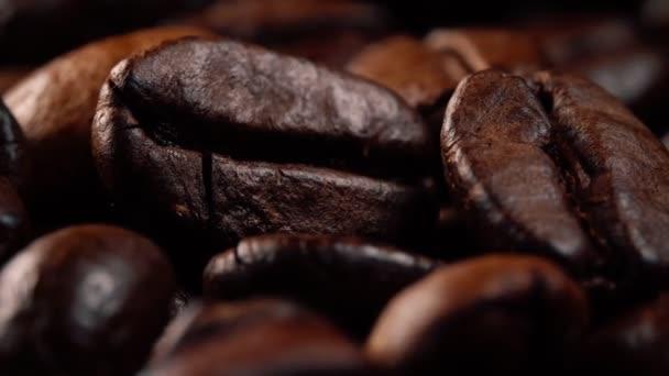 Makro pohled na čerstvě pražená kávová zrna.