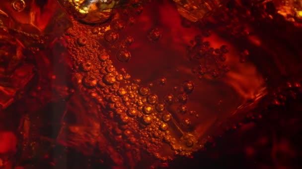 Makroaufnahme Cola mit Eis und Blasen.