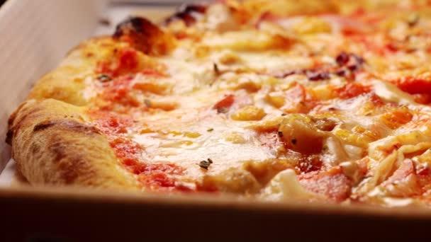 Čerstvě připravená pizza v lepenkové krabici.