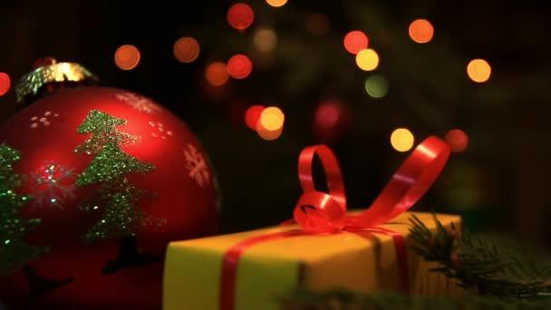 Vánoční dárek a barevná girlanda s pobočkou vánoční stromeček