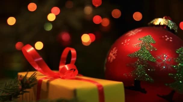 Dárky za novoroční strom a barevná girlanda