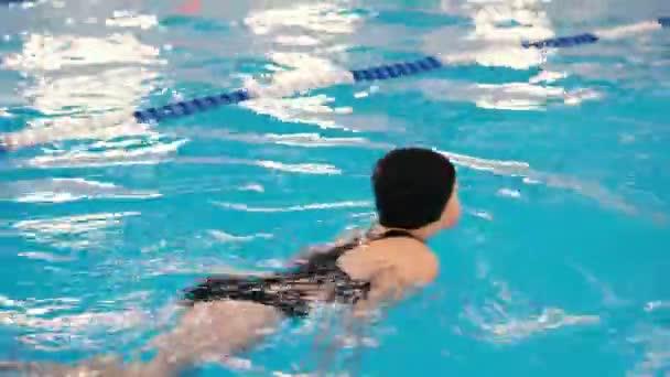Schwimmkurse für Kinder in den Pool - schönes hellhäutige Mädchen im Wasser schwimmt