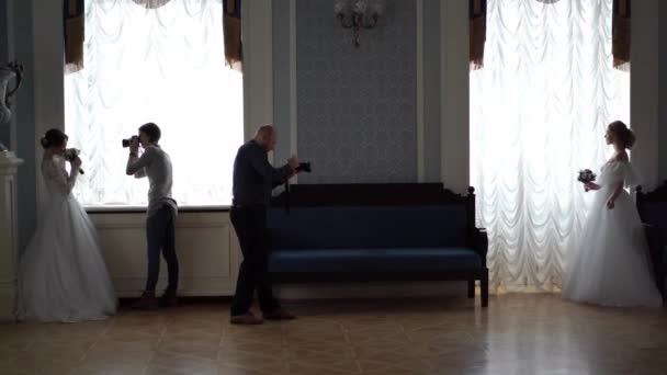 Backstage-Hochzeitsfotografie - professionelle Fotografen fotografieren Brautpaare in einem schicken Zimmer