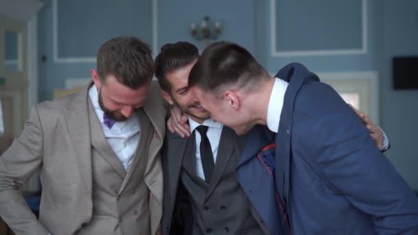 szépség slowmotion - boldog vőlegény-a legjobb férfi az esküvőn beszél.