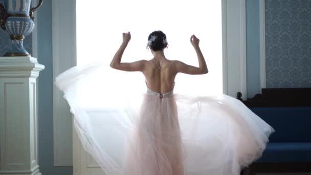 slowmotion krása - krásná nevěsta se točí ve svatebních šatech