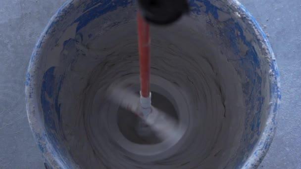 míchání míchačky s míchačkou při vrtání s pomalým pohybem vrtáku