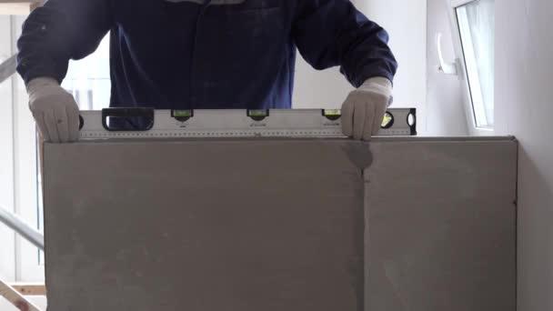 Výstavba a oprava-instalace oddílu mezipokojovou místností z bloků jazyka a drážky