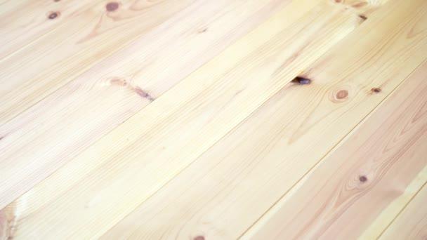 úklid dřevěné podlahy s mycím vysavačem