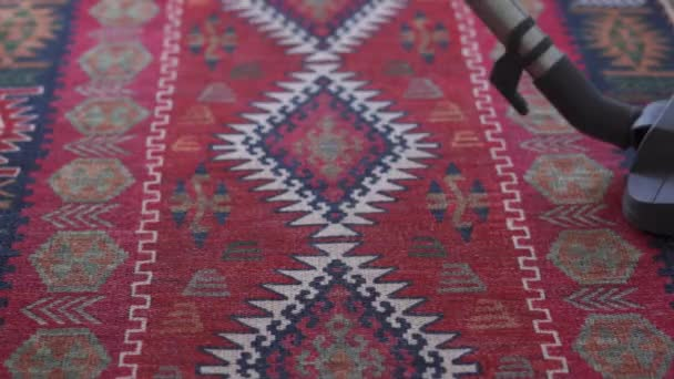 Hausfrau staubsaugt Teppich zu Hause, Zeitlupe