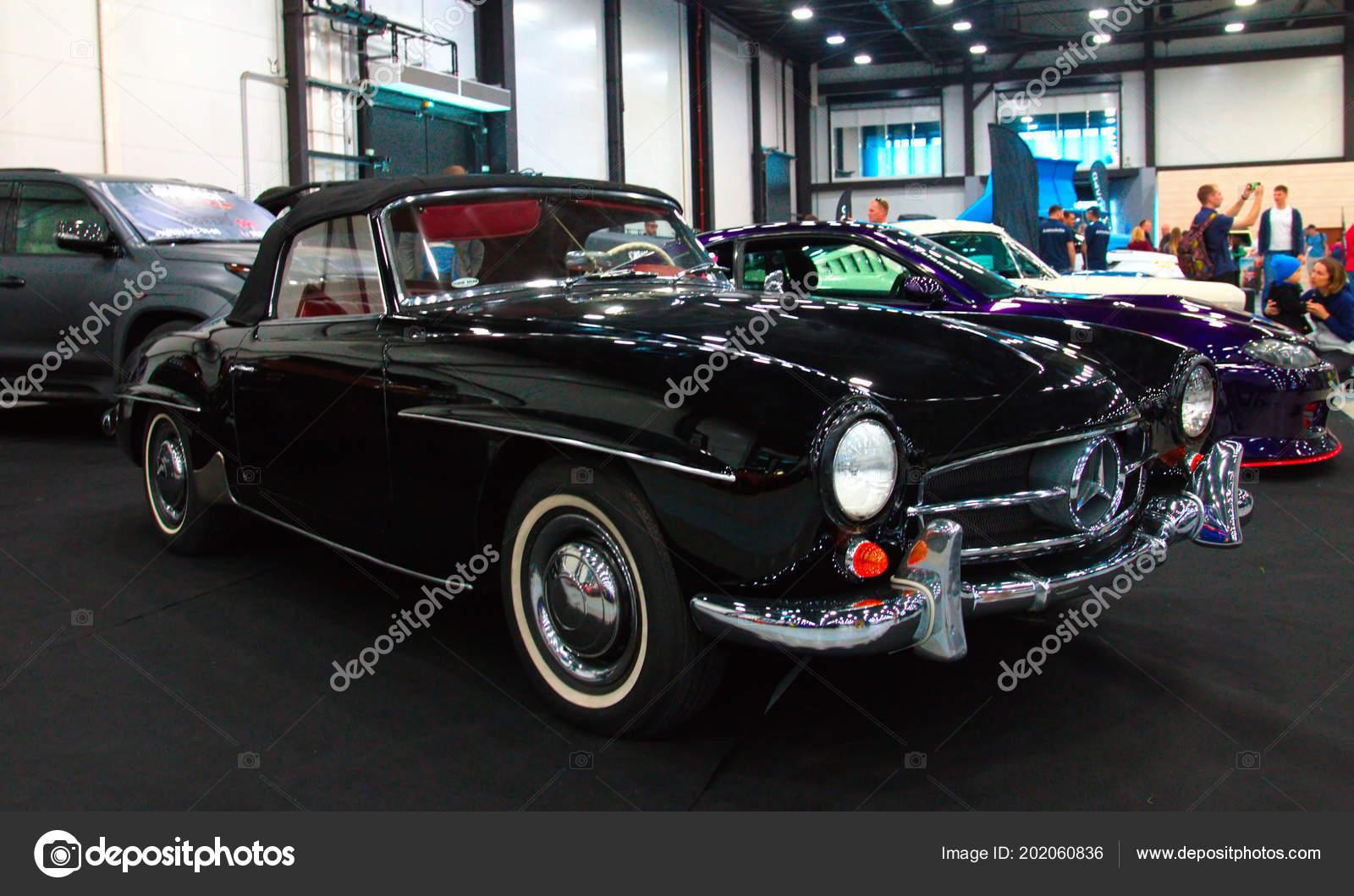5c354cce512e2 Немецкий черный ретро суперкар Mercedes 190cl в Королевской Auto Show. 10  июня 2018. Санкт-Петербург, Россия– Стоковая редакционная фотография