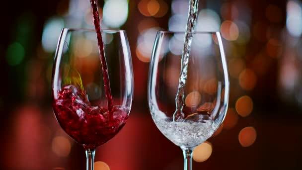 Superzeitlupe, in der Rot- und Weißwein aus der Flasche in den Becher geschüttet wird. aufgenommen mit High-Speed-Kinokamera mit 1000fps 4k Auflösung.