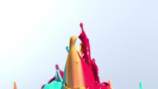Super zpomaleně tančí barvy obrazce izolované na bílém pozadí